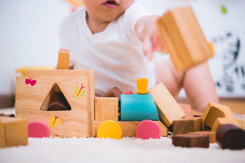 Enfant jouant à la micro crèche