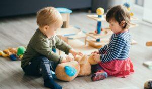 enfants qui jouent à la crèches